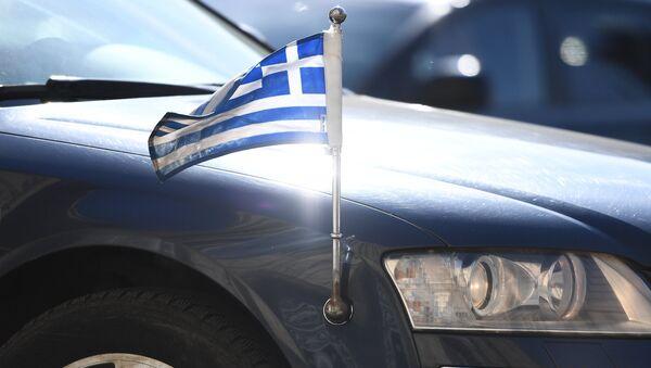 La bandera de Grecia en un automóvil diplomático - Sputnik Mundo