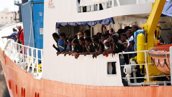 Migrantes en el barco de rescate - Sputnik Mundo
