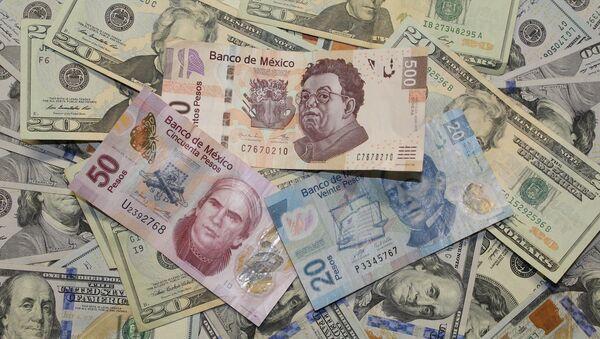 Pesos mexicanos y dólares estadounidenses - Sputnik Mundo