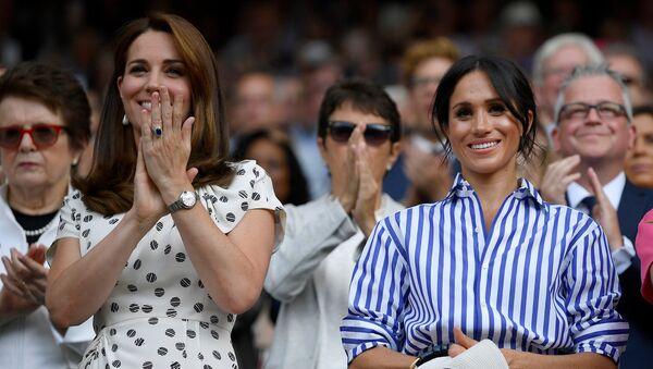 Kate Middleton, duquesa de Cambridge, y Meghan Markle, duquesa de Sussex - Sputnik Mundo