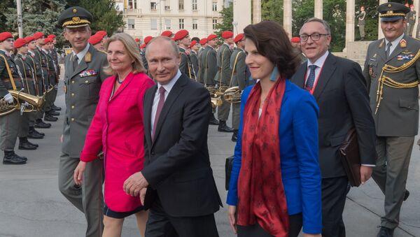 La ministra austriaca de Exteriores, Karin Kneissl, y el presidente de Rusia, Vladímir Putin - Sputnik Mundo