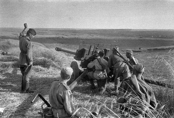 Unidad de artillería abre fuego durante la batalla de Kursk (7 de julio de 1943) - Sputnik Mundo