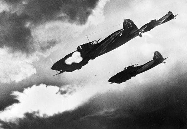 Los Il-2 soviéticos atacan posiciones enemigas durante la batalla de Kursk (30 de junio de 1943) - Sputnik Mundo