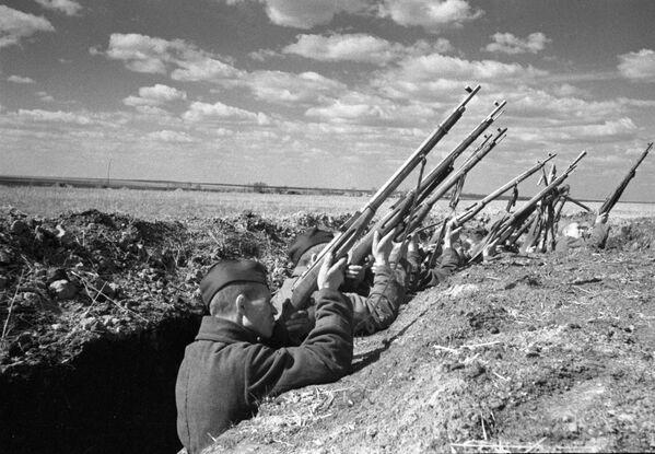 Soldados soviéticos abren fuego contra un avión alemán durante la batalla de Kursk (4 de julio de 1943) - Sputnik Mundo