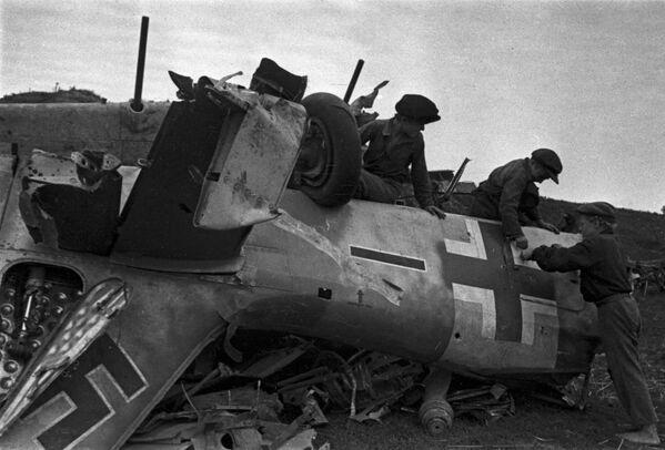 Niños jugando en los escombros de un caza alemán Messerschmitt derribado durante la batalla de Kursk (3 de agosto de 1943) - Sputnik Mundo