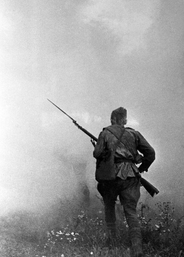 La infantería soviética se lanza al ataque durante la batalla de Kursk (20 de julio de 1943) - Sputnik Mundo