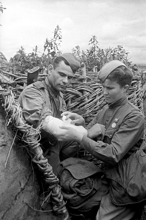 La sargento Vorobiova, instructora sanitaria durante la batalla de Kursk (4 de julio de 1942) - Sputnik Mundo