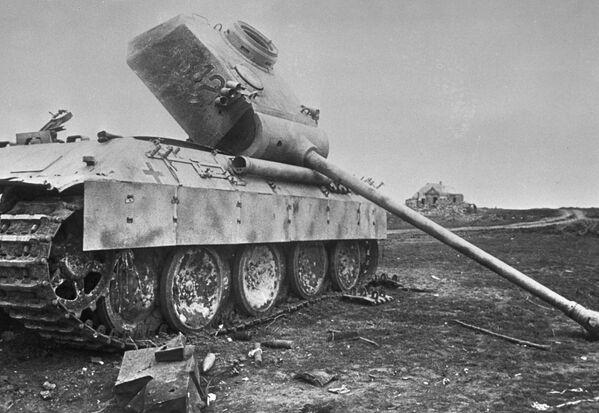 Tanque alemán destruido y abandonado en el campo durante la batalla de Kursk (22 de julio de 1943) - Sputnik Mundo