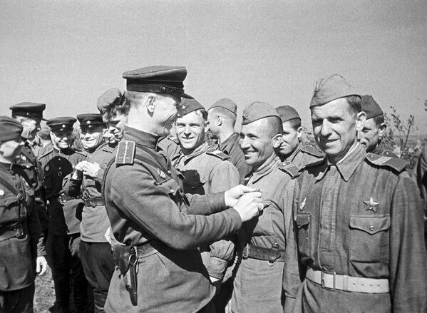 Condecoración de los soldados soviéticos destacados durante la batalla de Kursk (23 de agosto de 1943) - Sputnik Mundo