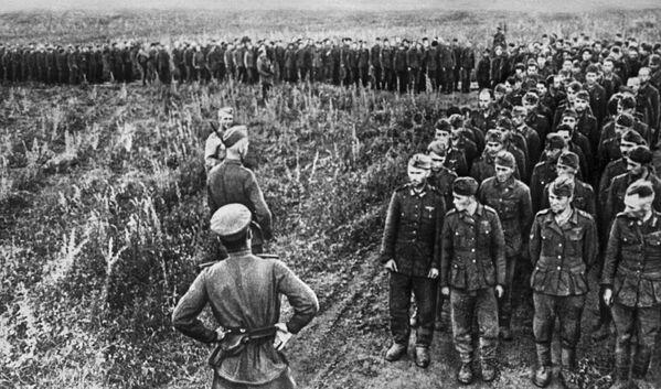 Soldados y oficiales alemanes que quedaron prisioneros durante la batalla de Kursk (1943) - Sputnik Mundo