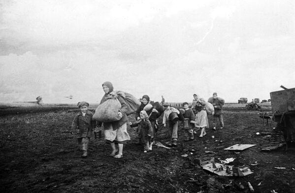 El regreso de los habitantes del pueblo de Pokrovka, liberado durante la batalla de Kursk (1943) - Sputnik Mundo