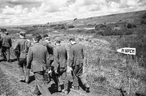 Prisioneros alemanes marchan en dirección a Kursk después de la batalla (1943) - Sputnik Mundo