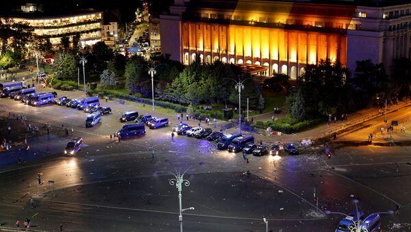 Los vehículos policiales después de la concentración antigubernamental en la capital Bucarest, Rumanía - Sputnik Mundo