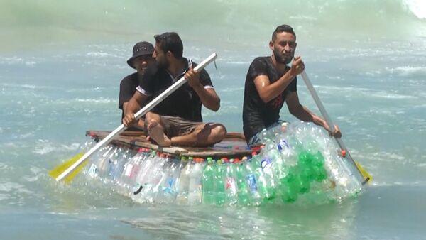 ¿Basura o filón de oro? Un pescador palestino da una 'segunda vida' a cientos de botellas - Sputnik Mundo