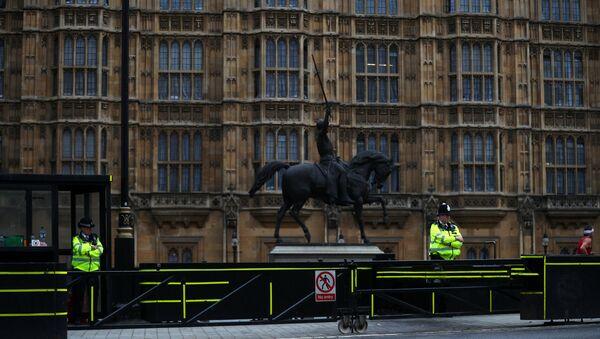 Los agentes de policía frente al Parlamento en Westminster, Londres - Sputnik Mundo