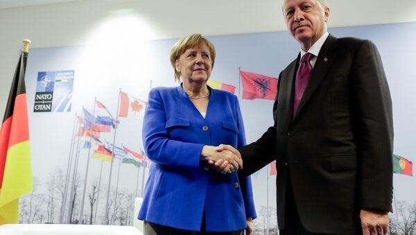 Ángela Merkel, canciller de Alemania, y Recep Tayyip Erdogan, presidente de Turquía, durante el encuentro de líderes de la OTAN en Bruselas, Bélgica, 11 de julio de 2018 - Sputnik Mundo