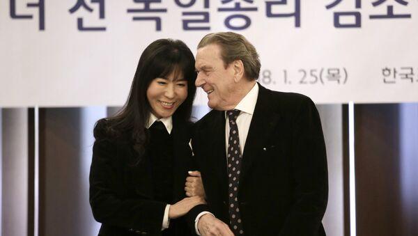El excanciller federal de Alemania, Gerhard Schroeder, y su novia Kim So-yeon - Sputnik Mundo