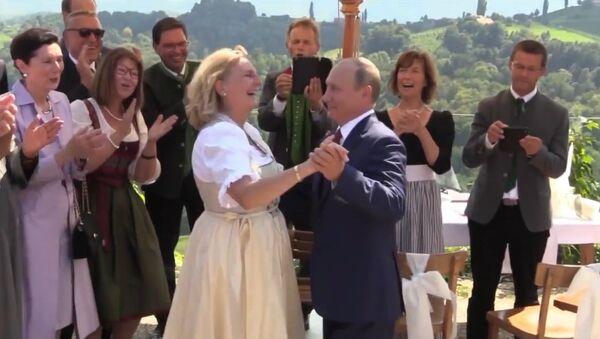 Putin se lo pasa en grande en la boda de la ministra de Exteriores austriaca - Sputnik Mundo