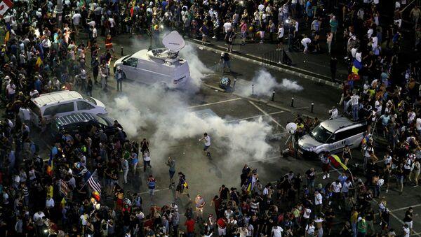 Miles de rumanos se unieron a una protesta antigubernamental en Bucarest - Sputnik Mundo