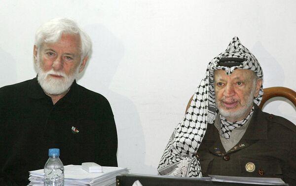 El pacifista israelí, Uri Avnery, y el líder histórico de Palestina, Yasir Arafat (archivo) - Sputnik Mundo