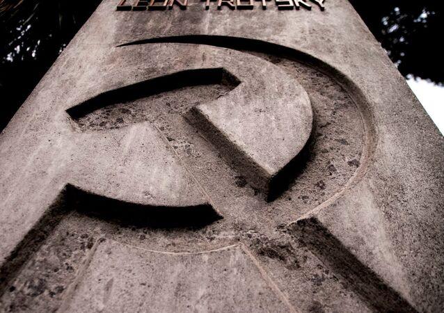 Monolito que señala el lugar que guarda los restos de León Trotski en su última casa en México