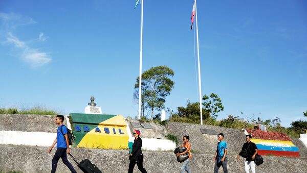 Migrantes venezolanos en la frontera entre Brasil y Venezuela - Sputnik Mundo
