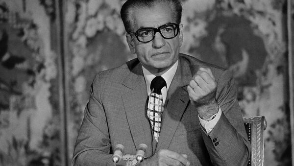 El sha de Irán, Mohamed Reza Pahlavi, durante una conferencia en Versalles en 1974 - Sputnik Mundo