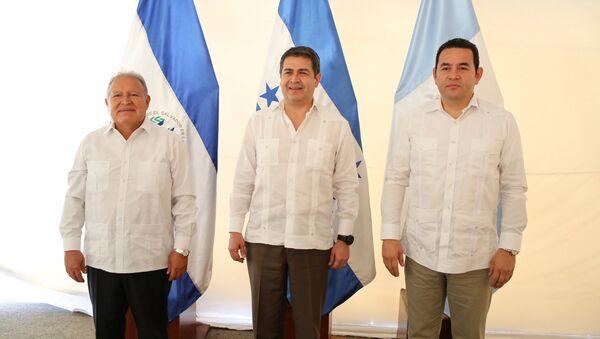 Los presidentes Salvador Sánchez Cerén, de El Salvador, Juan Orlando Hernández, de Honduras, y Jimmy Morales, de Guatemala - Sputnik Mundo