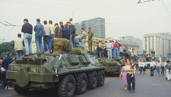 Imágenes de Moscú durante el intento de golpe de agosto en 1991 - Sputnik Mundo