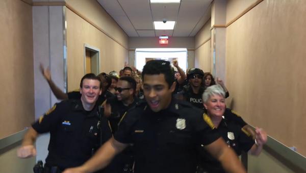 Policías bailan al ritmo de la canción 'Uptown Funk', de Bruno Mars - Sputnik Mundo