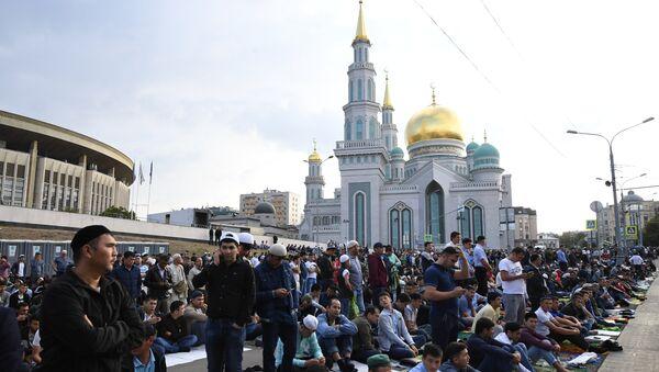 Los musulmanes en la misa de Eid al Adha en la Gran Mezquita de Moscú - Sputnik Mundo