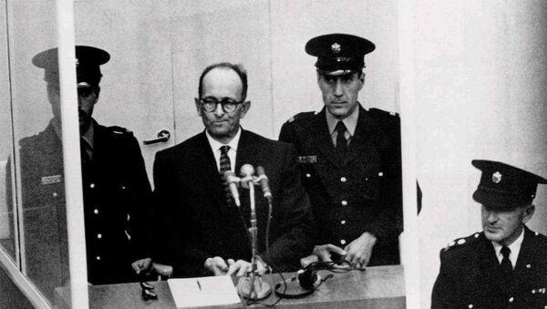 Adolf Eichmann durante el juicio en el que se lo condenó por crímenes contra la humanidad, en Jerusalén en 1961. - Sputnik Mundo