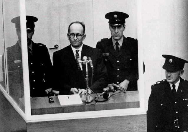Adolf Eichmann durante el juicio en el que se lo condenó por crímenes contra la humanidad, en Jerusalén en 1961.