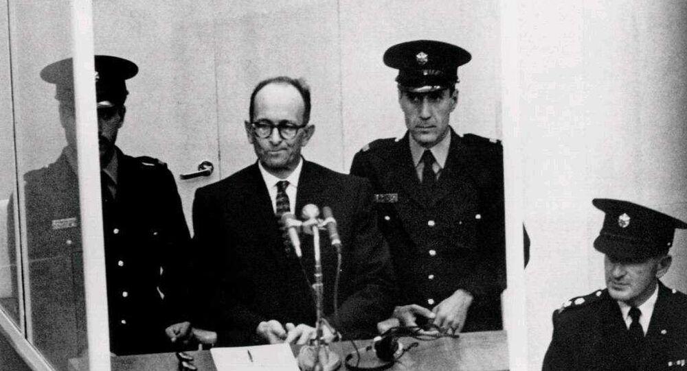 Adolf Eichmann durante el juicio en el que se lo condenó por crímenes contra la humanidad, en Jerusalén en 1961