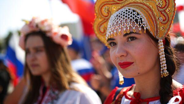 Una de las participantes en las fiestas del Día de la Bandera del Estado de la Federación de Rusia en Krasnodar. - Sputnik Mundo