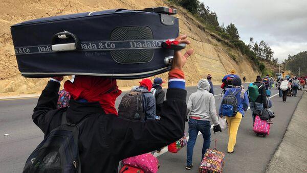 Los migrantes venezolanos caminan a lo largo de una carretera - Sputnik Mundo