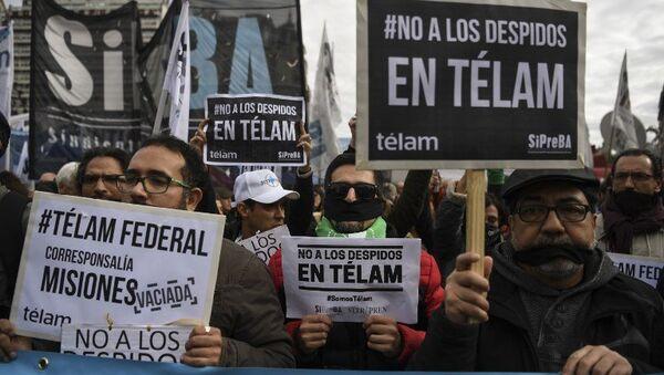 Empleados de la agencia argentina Télam manifestándose contra los despidos - Sputnik Mundo