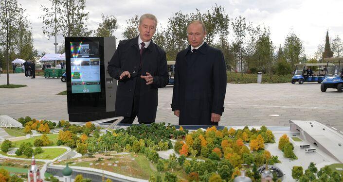 El alcalde de Moscú, Serguéi Sobianin, y el presidente de Rusia,  Vladímir Putin, durante la visita al parque Zariadie