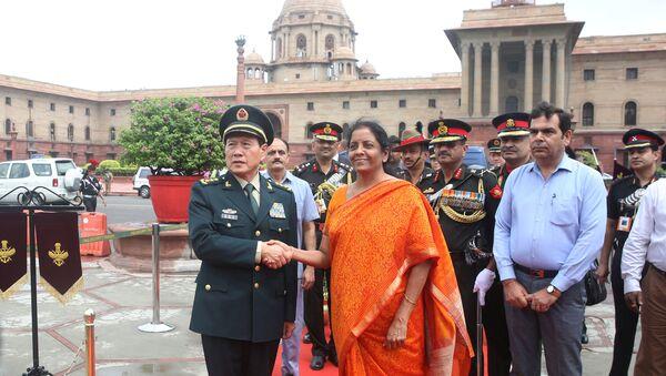 El ministro de Defensa de China, Wei Fenghe, y su homóloga india, Nirmala Sitharaman - Sputnik Mundo