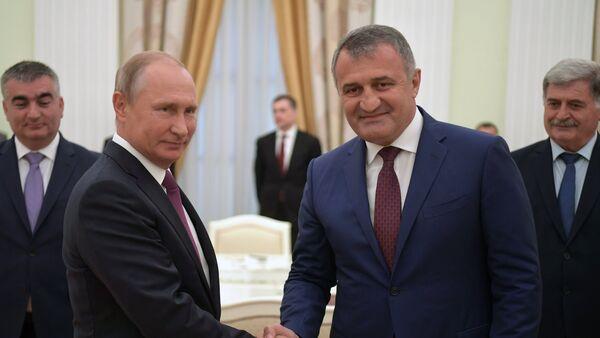 El presidente de Rusia, Vladímir Putin, y el presidente de Osetia del Sur, Anatoli Bibílov - Sputnik Mundo