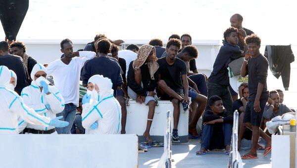 Los migrantes en el barco de la guardia costera italiana Diciotti - Sputnik Mundo