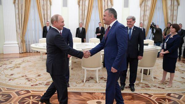 Vladímir Putin, presidente ruso, y Anatoli Bibílov, presidente de Osetia del Sur - Sputnik Mundo