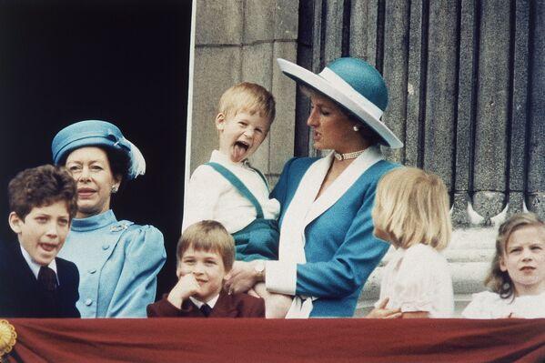 El príncipe Harry en los brazos de su madre, la princesa Diana - Sputnik Mundo