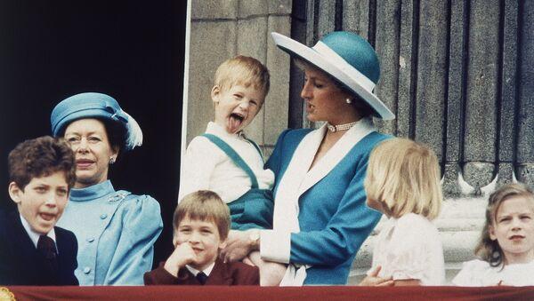 El príncipe Harry en los brazos de su madre, princesa Diana - Sputnik Mundo