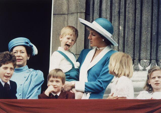 El príncipe Enrique en los brazos de su madre, princesa Diana