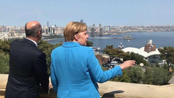 La canciller de Alemania, Angela Merkel, durante su visita a Azerbaiyán - Sputnik Mundo