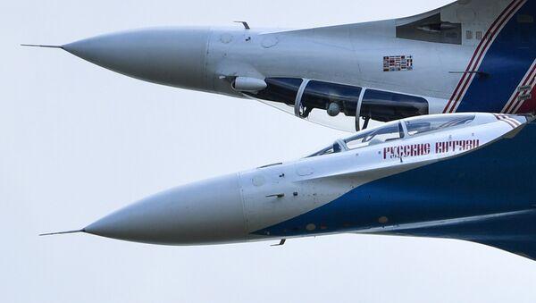 Многоцелевые истребители Су-30СМ пилотажной группы Русские Витязи во время показательных выступлений в рамках IV Международного военно-технического форума Армия-2018 в Кубинке - Sputnik Mundo