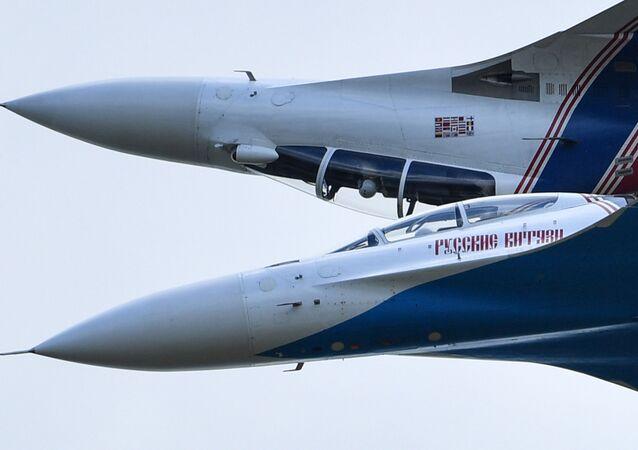 Многоцелевые истребители Су-30СМ пилотажной группы Русские Витязи во время показательных выступлений в рамках IV Международного военно-технического форума Армия-2018 в Кубинке