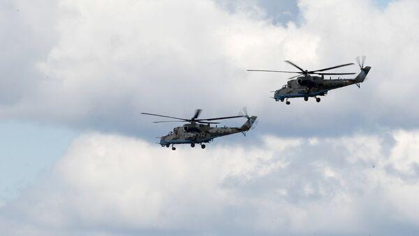 Helicópteros Mi-35 durante una maniobra conjunta de Rusia y Serbia - Sputnik Mundo