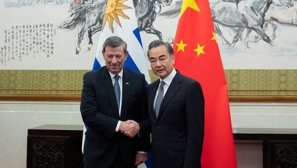 El canciller de Uruguay, Rodolfo Nin Novoa, con su homólogo chino, Wang Yi - Sputnik Mundo